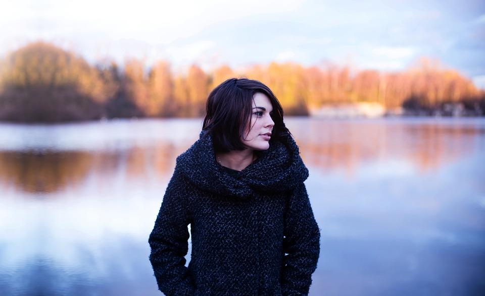 С чем носить девушкам теплые куртки зимой