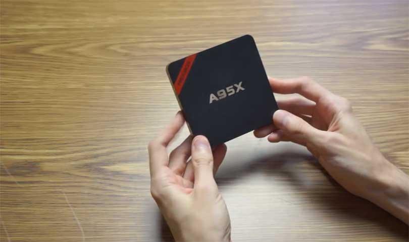 Nexbox A95X является самым компактным ТВ-боксом на сегодняшний день. По бокам коробка покрыта глянцем, а сверху покрытие матовое.