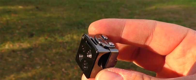 Камера настолько мала, что ее можно уверенно удерживать только двумя пальцами! Размеры камеры: 22 миллиметра на 22 миллиметра. Это устройство вполне можно будет использовать для скрытой съемки, спрятав ее в одежде.