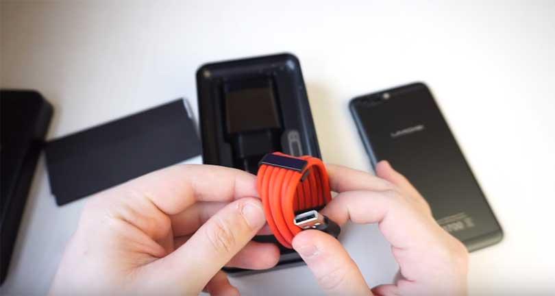 В комплектацию смартфона UMIDIGI Z PRO входит вот такой интересный USB кабель