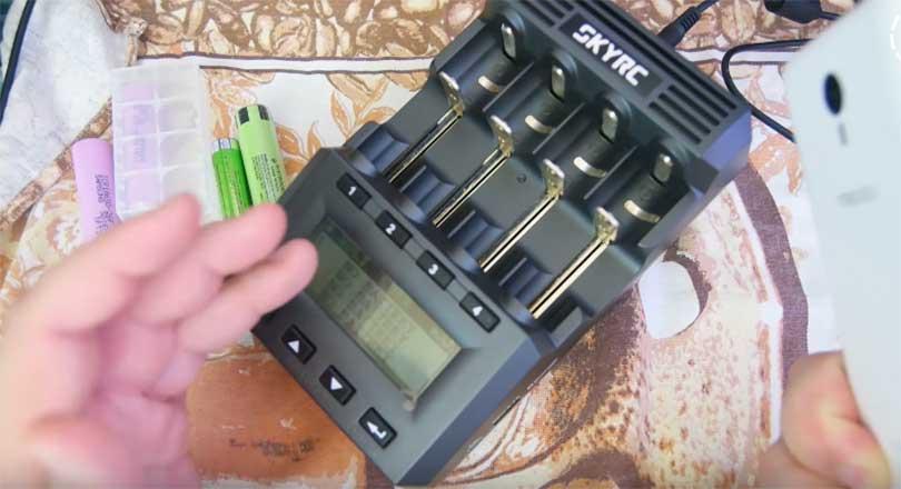 Зарядное устройство SKYRC MC3000 приходит в яркой и красочной упаковке. Бывает так, что присылают товар в какой-нибудь технологической коробке без каких-либо обозначений.