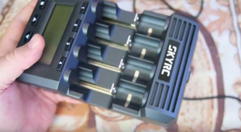 У устройства SKYRC MC3000 есть откидные ножки и имеется PC-link (устройство можно подключать к ПК, чтобы снимать показания в виде графиков с этого устройства).