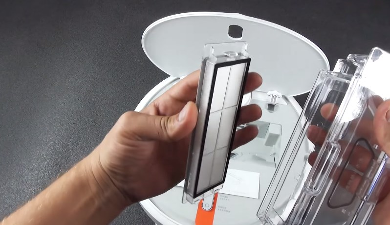 Xiaomi Mi Home Smart Robot Благодаря специальной резиновой прокладке, которая находится перед мусороприемником, пыль и грязь не проникают внутрь корпуса, это защищает электронное устройство от засорения.
