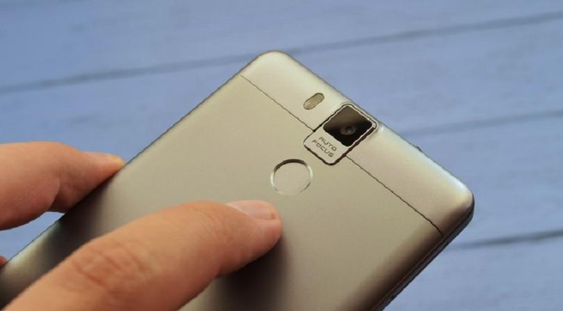 Мобильный телефон Oukitel K6000 поставляется с качественными встроенными камерами