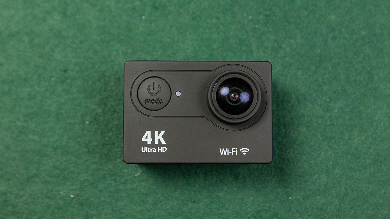 На передней стороне камеры Eken H9 находится объектив, а также кнопка включения/выключения. Также эта кнопка отвечает за переключение различных режимов камеры. Здесь еще находится светодиодный индикатор, парочка надписей о бренде-производителе.