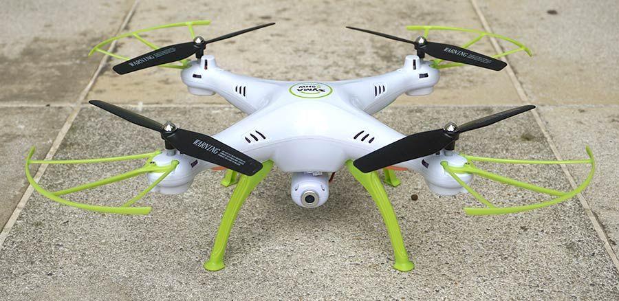Понятно, что данная модель Syma H5HW предназначена для полетов в режиме от первого лица (First Person View - FPV), потому что камера умеет транслировать живое видео на телефон, крепящийся на пульт управления.