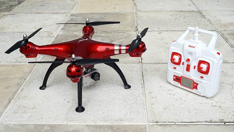 Нельзя утверждать, что дрон Syma X8HG будет супер-стойким к ветру, его тоже сносит, но в отличие от дешевых маленьких дронов он держится против ветра лучше.