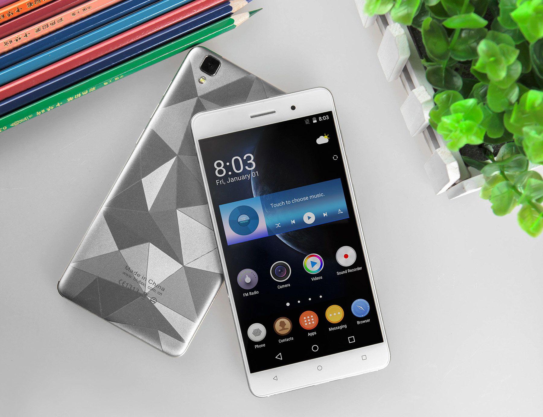 Если снять заднюю крышку, чтобы посмотреть на начинку смартфона, то можно будет увидеть слоты для двух сим-карт и один слот для SD карты. Один слот предназначен для полноразмерной карты, второй - для микро-карты.