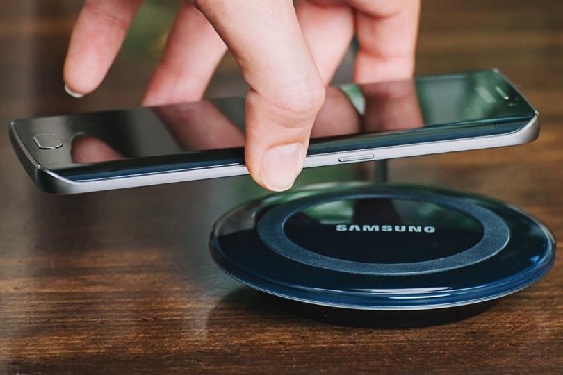 Беспроводная зарядка Samsung Galaxy S7 проста в использовании