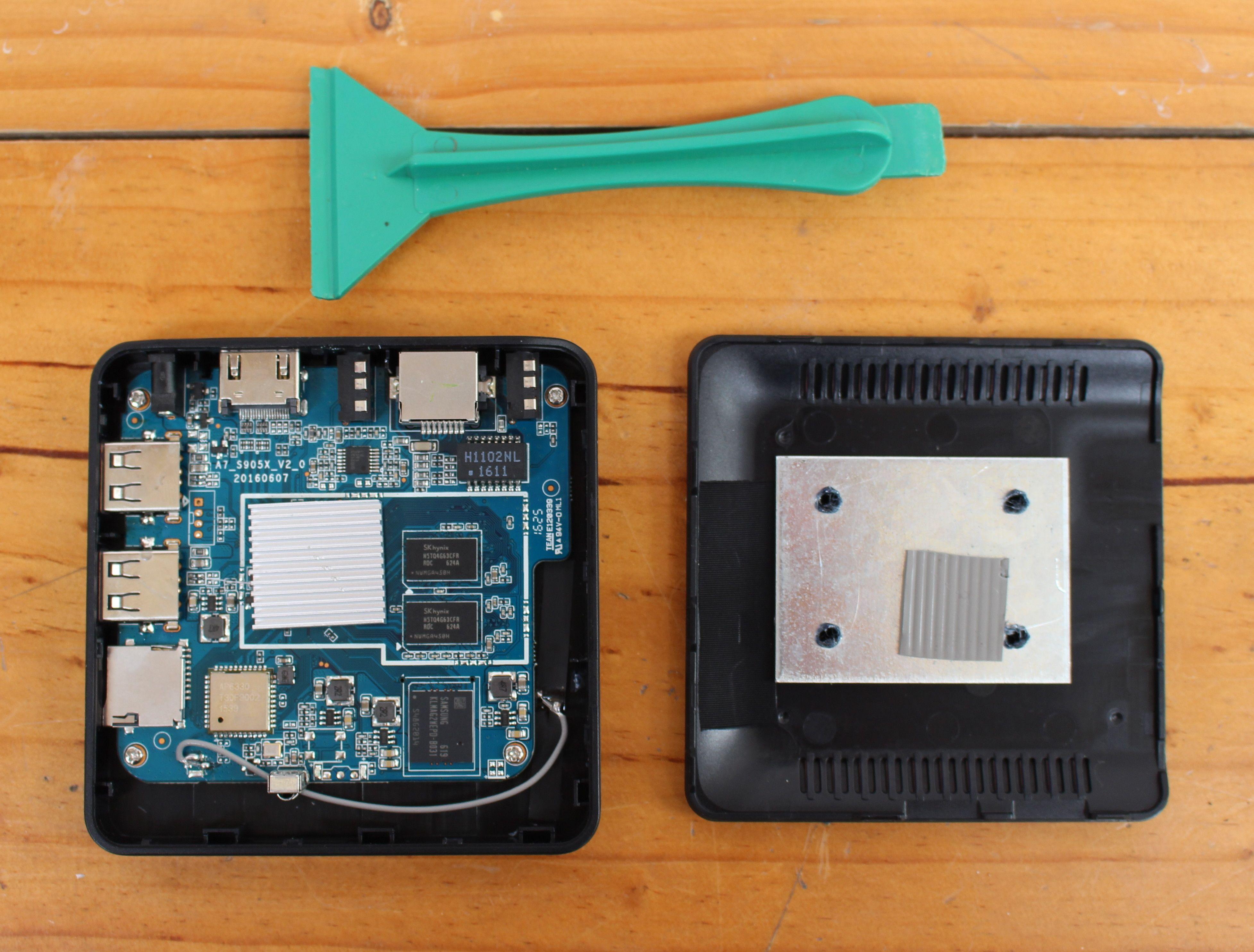 Одним из неприятных моментов использования Nexbox A95X является то, что часто переполняется буфер памяти и это несмотря на то, что тут установлен слот с одним гигабайтом под ОП. По какой-то причине пользователю доступны лишь 300 мегабайт этой самой памяти и поэтому рекомендуется пользоваться предустановленной утилитой Clean Memory как можно чаще.