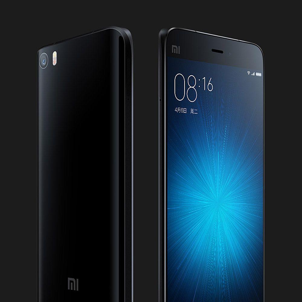 Покупая смартфон Xiaomi mi5 вполне возможно получить в подарок от продавца (обратите внимание - не от магазина) чехол и силиконовую пленку, а также переходник для микро USB Type-C и несколько микро SD карт памяти.
