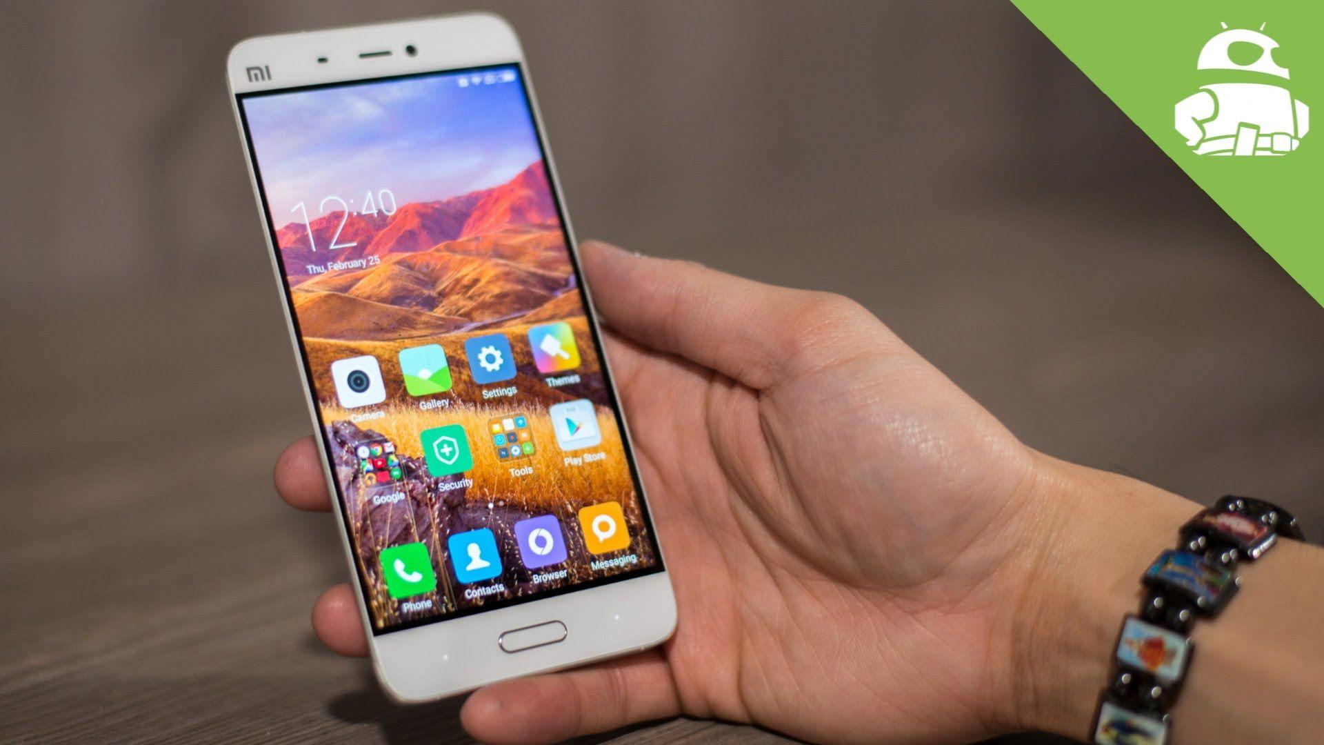 Черный цвет смартфона Xiaomi Mi5 выглядит действительно очень солидно. Он придает изделию целостность. Телефон кажется монолитным и не разбитым на несколько разных цветных участков.