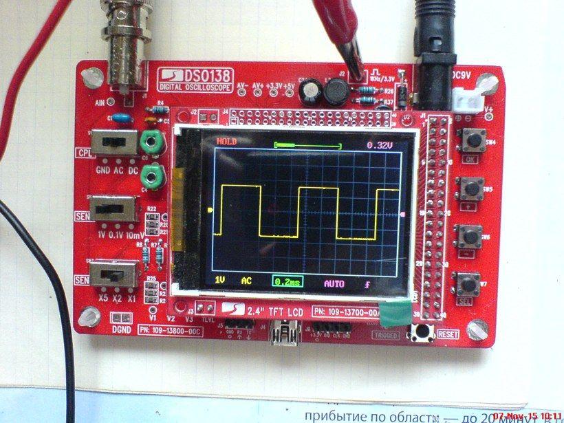 Так как напряжение осциллографа осциллографа DSO138 9 вольт, предусмотрите преобразователь напряжение, повышающее напряжение аккумулятора, после чего подходящее напряжение будет поступать в осциллограф.